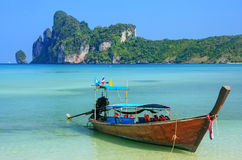 Longtail boat anchored at Ao Loh Dalum beach on Phi Phi Don Isla Royalty Free Stock Photography