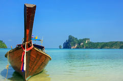 Longtail boat anchored at Ao Loh Dalum beach on Phi Phi Don Isla Stock Photos