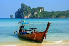 Longtail boat anchored at Ao Loh Dalum beach on Phi Phi Don Isla. Nd, Krabi Province, Thailand. Koh Phi Phi Don is part of a marine national park Stock Photo
