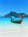 Longtail boat anchored at Ao Yongkasem beach on Phi Phi Don Isla Stock Images