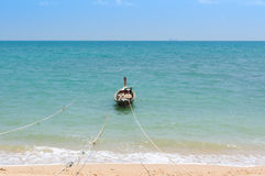 Longtail-Boat anchored on the beach with rope Stock Photos