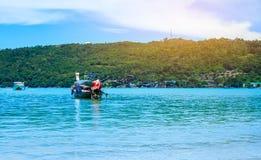 Longtail-Boot in andaman Meer Phi Phi Islands Krabi Thailand lizenzfreie stockfotos