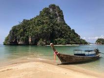 Longtail Boot auf dem Strand stockfotografie