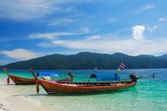 Longtail Boot auf dem Strand, Thailand lizenzfreie stockbilder