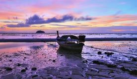 Longtail Boot auf dem Strand von Lipe Insel an der Dämmerung stockfoto