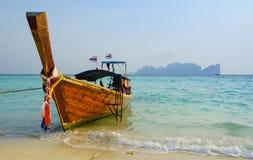 Longtail-Boot auf Phi Phi Island, Krabi, Thailand stockbild