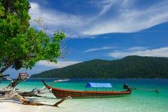 Longtail Boot auf Rawi Insel, Thailand lizenzfreies stockbild