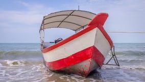 Longtail-Boot auf Strand in Malaysia lizenzfreie stockbilder