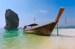 Longtail-Boot auf Strand in Thailand Lizenzfreie Stockbilder