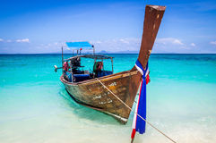 Longtail-Boot auf Strand in Thailand stockfotos