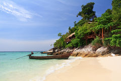 Longtail Boot auf Strandküste, Thailand Stockbilder