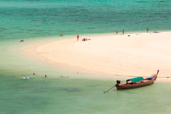 Longtail Boot auf Strandküste, Thailand Lizenzfreies Stockfoto