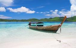 Longtail Boot in der schönen Lagune nahe Strand mit stockfoto