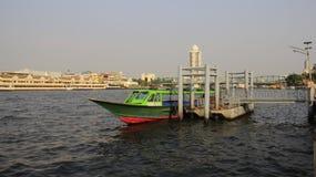 Longtail Boot Flussufer-und Stadt-Ansicht mit Smog stockbilder