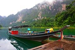 Longtail Boot im Chiew Lan See Stockfotografie