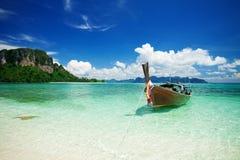 Longtail Boot im schönen Meer Lizenzfreies Stockfoto