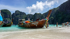 Longtail-Boot machte in Maya Bay, Phi Phi Island, Thailand fest Stockfoto