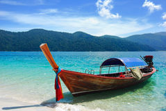 Longtail Boot am Strand, Rawi Insel, Thailand stockfotografie