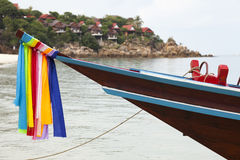 Longtail-Boot am Strand in Thailand Stockfoto