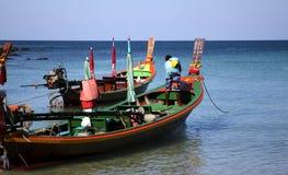 Longtail-Boot in Thailand mit dem Kapitän Stockbild