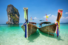 Longtail-Boot am tropischen Strand von Poda-Insel stockbild