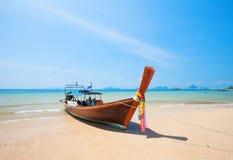 Longtail-Boot und schöner Strand stockbilder