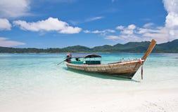 Longtail Boot und schöner Strand mit weißem Sand lizenzfreie stockfotos