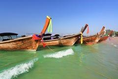Longtail-Boote an AO Nang setzen, Krabi, Thailand auf den Strand Lizenzfreie Stockfotografie