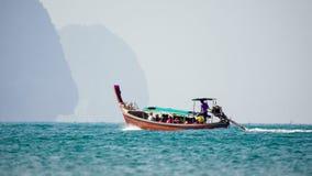 Longtail-Boote an AO Nang setzen, Krabi, Thailand auf den Strand Stockfoto