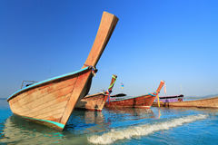 Longtail-Boote an AO Nang setzen, Krabi, Thailand auf den Strand Lizenzfreies Stockfoto