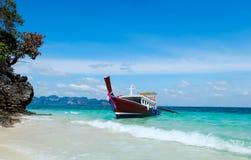 Longtail-Boote auf dem Strand in Thailand Stockbilder