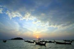 Longtail Boote auf Küste am Sonnenaufgang Stockfoto