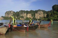 Longtail Boote bei Railay setzen, Krabi, Thailand auf den Strand Lizenzfreie Stockfotografie