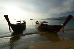 Longtail-Boote festgemacht am Strand Ko Adang Satun-Provinz thailand Stockfotos