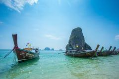 Longtail-Boote im Meer nahe Hong-Insel in Krabi-Provinz Thailand Lizenzfreies Stockbild