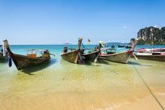 Longtail-Boote in Railay setzen, Krabi-Halbinsel in Thailand auf den Strand Stockfoto