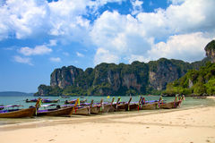Longtail Boote am Strand. Lizenzfreies Stockfoto