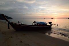 Longtail-Bootsschattenbild bei Sonnenuntergang Ko Adang Satun-Provinz thailand Stockbild