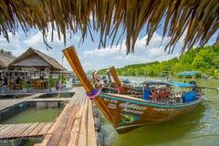 Longtail fartyg ankrade på den wood porten i det Krabi landskapet Thailand Royaltyfria Bilder