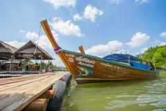 Longtail fartyg ankrade på den wood porten i det Krabi landskapet Thailand Royaltyfri Bild