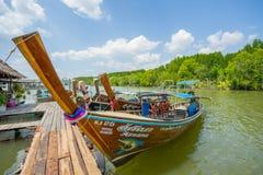 Longtail fartyg ankrade på den wood porten i det Krabi landskapet Thailand Arkivbilder