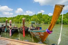 Longtail fartyg ankrade på den wood porten i det Krabi landskapet Thailand Fotografering för Bildbyråer