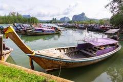 Longtail fartyg i fjärd på Noppharat Thara sätter på land - den Phi Phi ön fotografering för bildbyråer