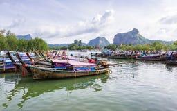 Longtail fartyg i fjärd på Noppharat Thara sätter på land - den Phi Phi ön royaltyfria bilder