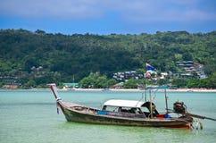 Longtail fartyg i Phi Phi Island Thailand Arkivbilder