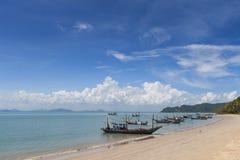 Longtail fartyg och härlig strand koh tao thailand Arkivfoton