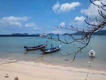 Longtail fartyg på Ao Chalong arkivbilder