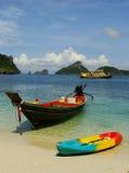 Longtail fartyg på den Mae Koh ön, Ang Thong National Marine Park, Arkivbild