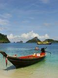 Longtail fartyg på den Mae Koh ön, Ang Thong National Marine Park, Arkivfoto