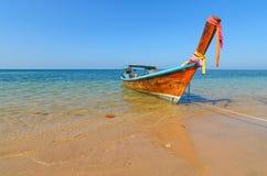 Longtail fartyg på klart vatten en strand i Thailand Arkivfoto